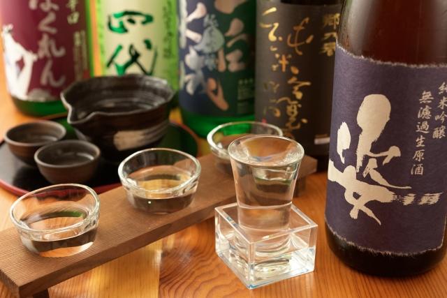 日本酒のボトルとグラス